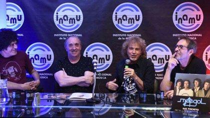 Raúl Porchetto, micrófono en mano, junto a Pablo Guyot, Alfredo Toth y Diego Boris Macciocco (INAMU)
