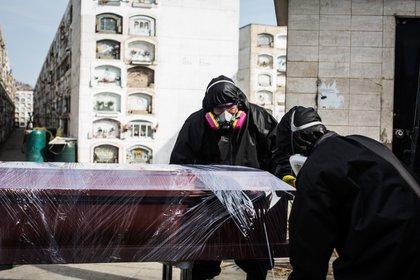 Fotografía fechada el 6 de mayo de 2020 que muestra a Manuel Vazques y Ángel Pineda trabajadores de una empresa que se encargan de recoger a fallecidos por COVID-19 en Lima (Perú). EFE/ Sergi Rugrand/Archivo