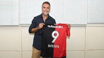 """Batistuta visitó hace unas semanas atrás el estadio de Newell's, que hace unos años pasó a llamarse""""Marcelo Bielsa"""" (Newell's oficial)"""