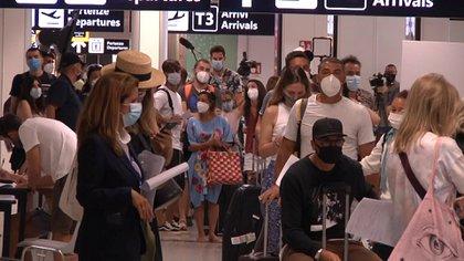 Pasajeros hacen fila para someterse a una prueba de coronavirus en el aeropuerto de Fiumicino en Roma (Aeroporti di Roma via REUTERS)