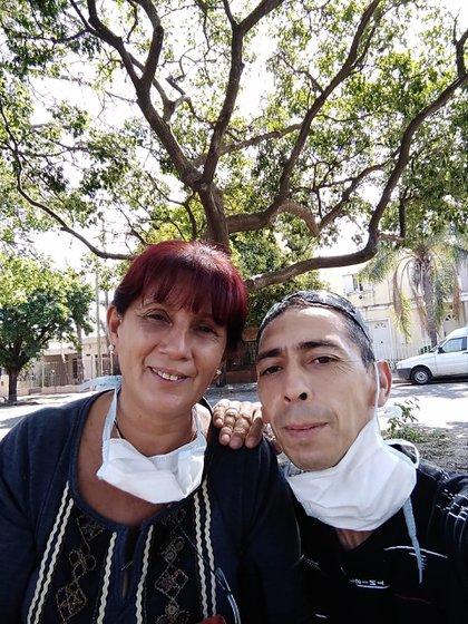 Cristina Chavez y Pablo Quiñones están en pareja desde hace una década. Ella es cuidadora de adultos mayores y niños; y él es plomero. Actualmente, los dos están desempleados.