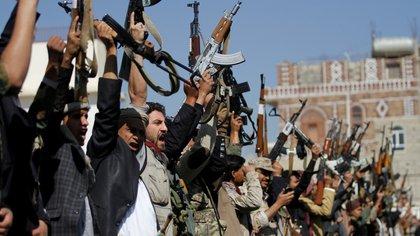 Rebeldes hutíes levantan sus armas en Saná, capital yemení, durante una demostración en 2017 (Reuters)