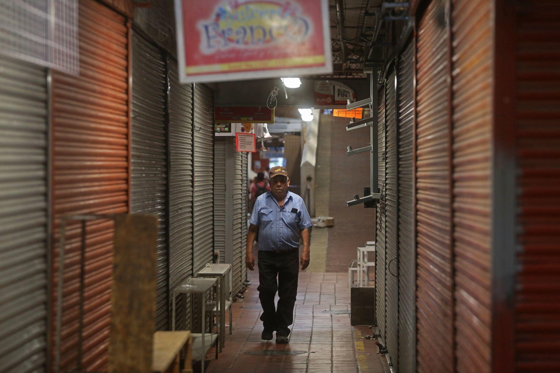 Los comercios dentro del Mercado San Juan de Dios en Guadalajara se mantienen cerrados debido a la crisis sanitaria de coronavirus (FOTO: FERNANDO CARRANZA GARCIA / CUARTOSCURO.COM)