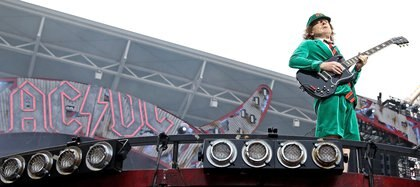 El guitarrista líder Angus Young, de AC/DC (EFE/JAN WOITAS)