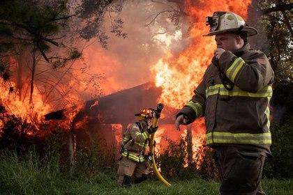 Bomberos locales responden al incendio en una casa luego de paso de la tormenta Delta en Luisiana, Estados Unidos. Octubre 11, 2020. REUTERS/Adrees Latif