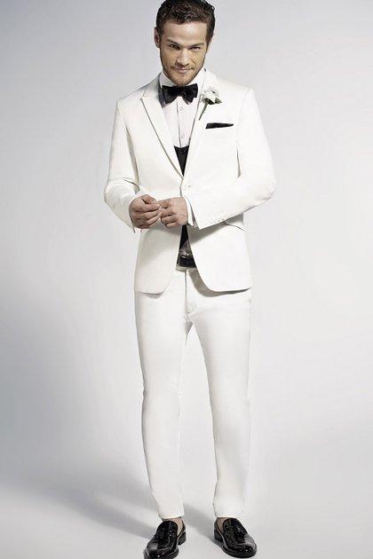 Un look formal con traje y moño para recibir el 2017