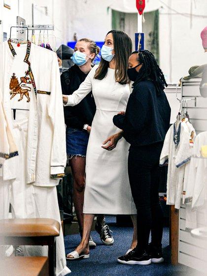 Shopping en familia. Angelina Jolie compartió un día de compras junto a sus hijas Zahara y Vivienne, frutos de su relación anterior con Brad Pitt. Con motivo del cumpleaños número 16 de Zahara, las mujeres recorrieron una exclusiva boutique de ropa en Los Ángeles