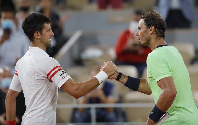 El serbio Novak Djokovic saluda a Rafa tras vencerlo y avanzar a la final de Roland Garros (REUTERS/Sarah Meyssonnier)