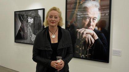 Scarlet Page junto a la foto de su padre, Jimmy Page (Nicolás Stulberg)