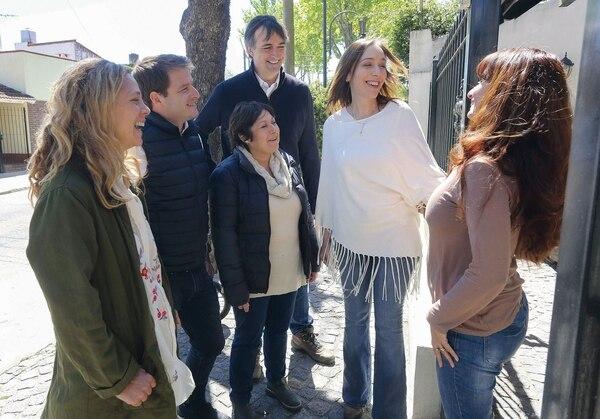 Junto a la gobernadora María Eugenia Vidal y el primer candidato a senador por Cambiemos Esteban Bullrich en pleno timbreo, una de las prácticas proselitistas que instaló el oficialismo.
