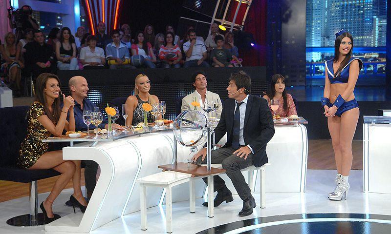 Su debut televisivo fue en Sábado Bus en 2011