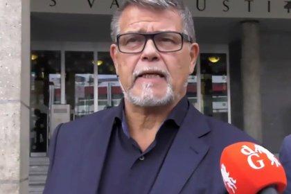 Ratelband responde preguntas de los periodistas frente a la corte