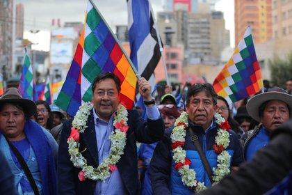 Los candidatos Luis Arce (i), como presidente y David Choquehuanca (d) como vicepresidente del Movimiento al Socialismo (MAS) de Evo Morales. EFE/Martín Alipaz/Archivo