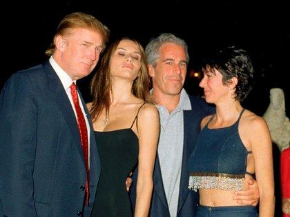 Epstein junto a Donald y Melania Trump, y Ghislaine Maxwell en en el club Mar-a-Lago.