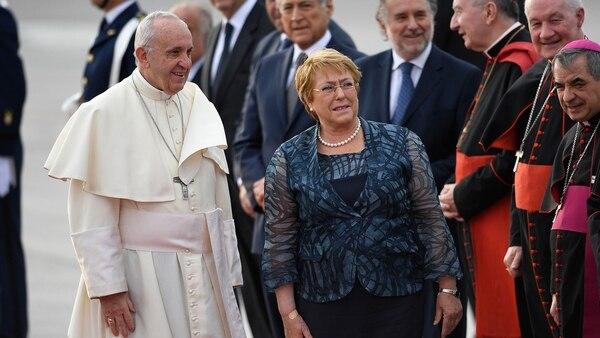 El papa Francisco junto a la presidente de Chile, Michelle Bachelet, en su llegada a ese país (AFP)
