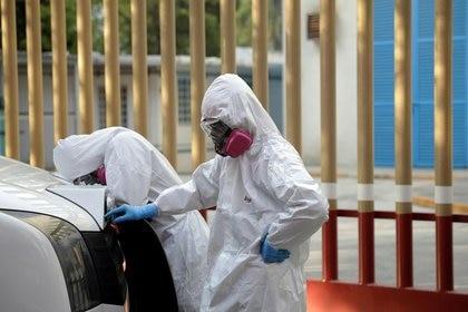 Trabajadores del sector salud durante la pandemia de COVID-19 (Foto: Reuters / Luis Cortés)