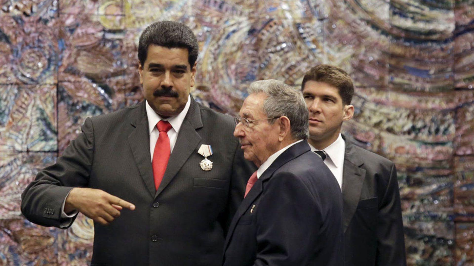 """Resultado de imagen para El Gobierno de Donald Trump prepara nuevas sanciones a Cuba por su apoyo a Nicolás Maduro y está """"revisando con más detalle"""""""