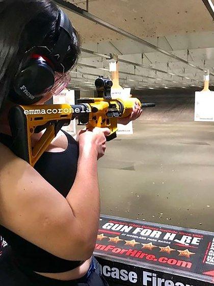 Emma Coronel en una práctica de tiro (Foto: archivo)