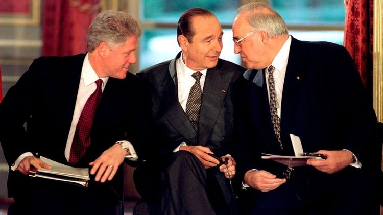Chirac, rodeado del presidente de Estados Unidos Bill Clinton (izquierda) y el canciller de Alemania Helmut Kohl (Reuters)