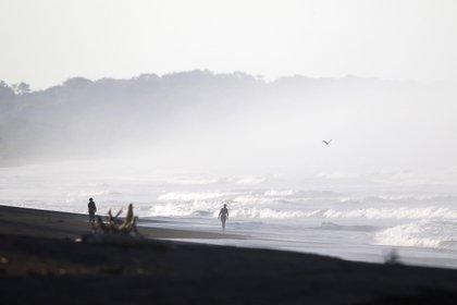 El ministro de Turismo de Costa Rica, Gustavo Segura, señaló que un signo de esperanza es que todas las aerolíneas que volaban a Costa Rica antes de la pandemia, ya han retomado sus operaciones. EFE/Jeffrey Arguedas/Archivo
