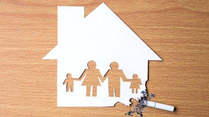 Cuando el humo de tercera mano está en el hogar, los niños son la población más vulnerable (Shutterstock)