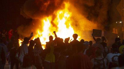 Manifestantes en Minneapolis, Minnesota. (Chris Pietsch/The Register-Guard via AP)
