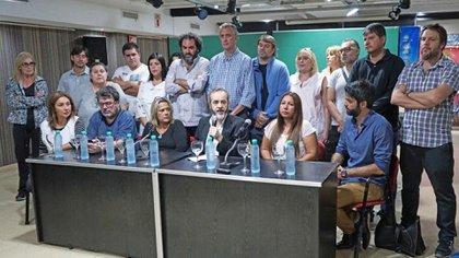 En el centro de la foto, el docente Eduardo López, de UTE.