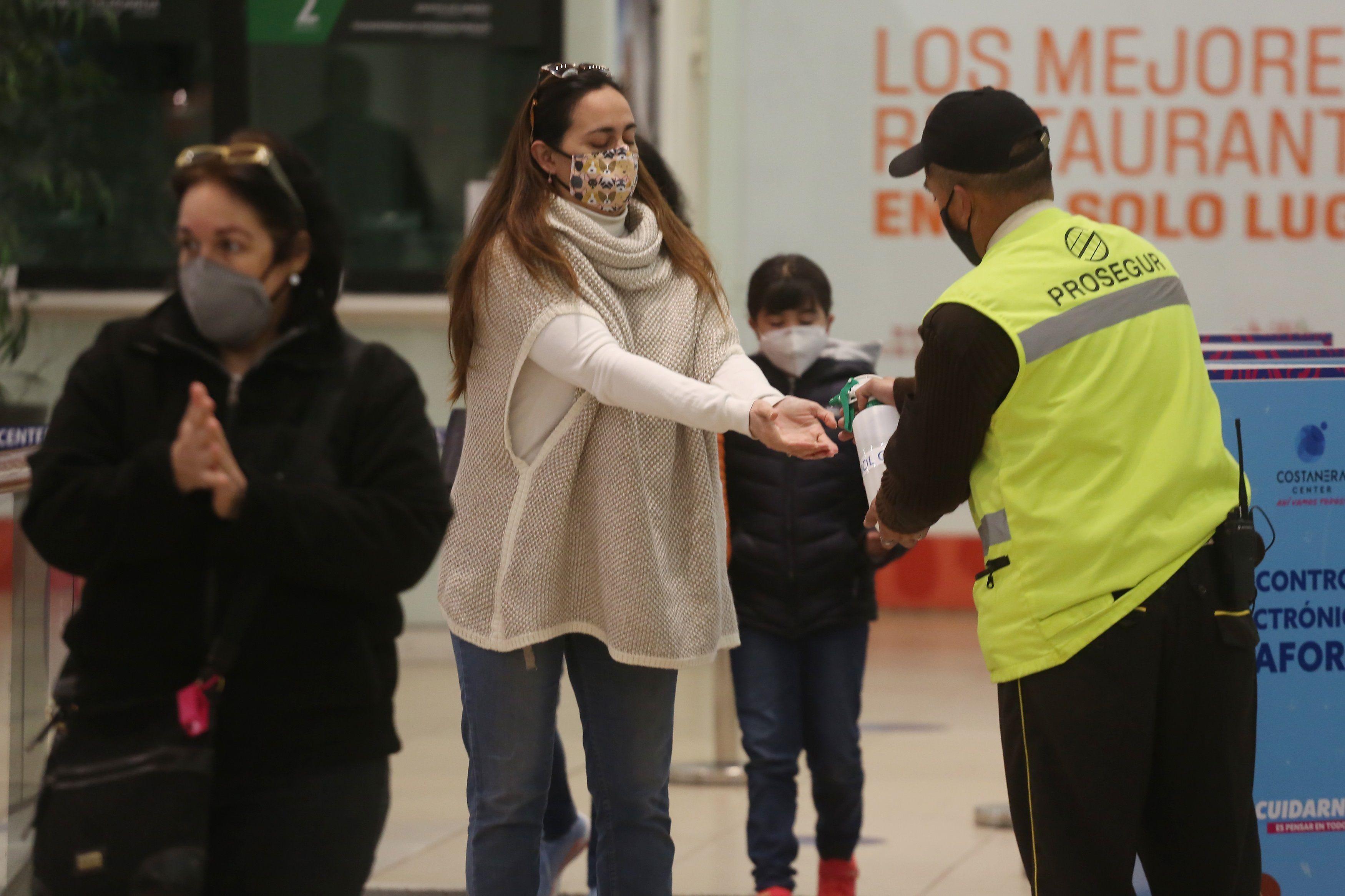 De la cifra total de personas que han sido diagnosticadas con covid-19 desde el comienzo de la pandemia, 9.176 pacientes se encuentran en la etapa activa del virus mientras que 485.152 ya se han recuperado. EFE/Elvis González/Archivo