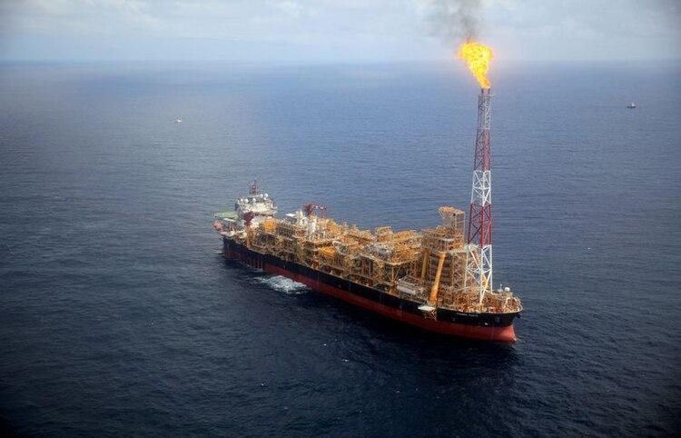 La plataforma petrolera flotante Kaombo Norte se ve desde un helicóptero, frente a la costa de Angola. (Foto: Reuers / Stephen Eisenhammer)