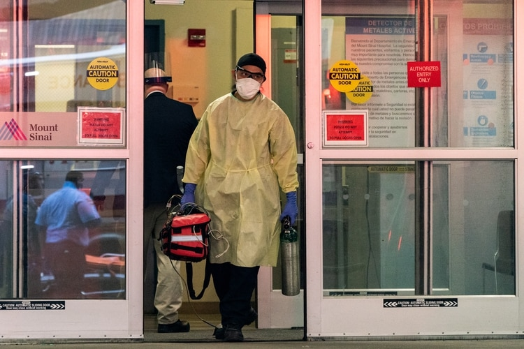Un empleado de emergencias del hospital Monte Sinaí en Nueva York (REUTERS/Jeenah Moon)