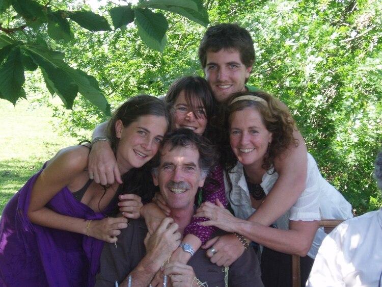 Aurelio Martín junto a Claudia y sus tres hijos, al cumplir 56, semanas antes del gran cambio