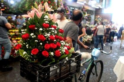 Mercado de Jamaica durante la venta de flores en el Día de las madres, en esta misma fecha pero del 2020, debido a la pandemia, cerraron sus puertas, afectando a la economía de familias dedicadas a la floricultura. Ciudad de México, mayo 10, 2021. Foto: Karina Hernández / Infobae