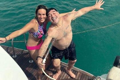 Diego Maradona se divierte junto a Rocío Oliva cuando eran novios.