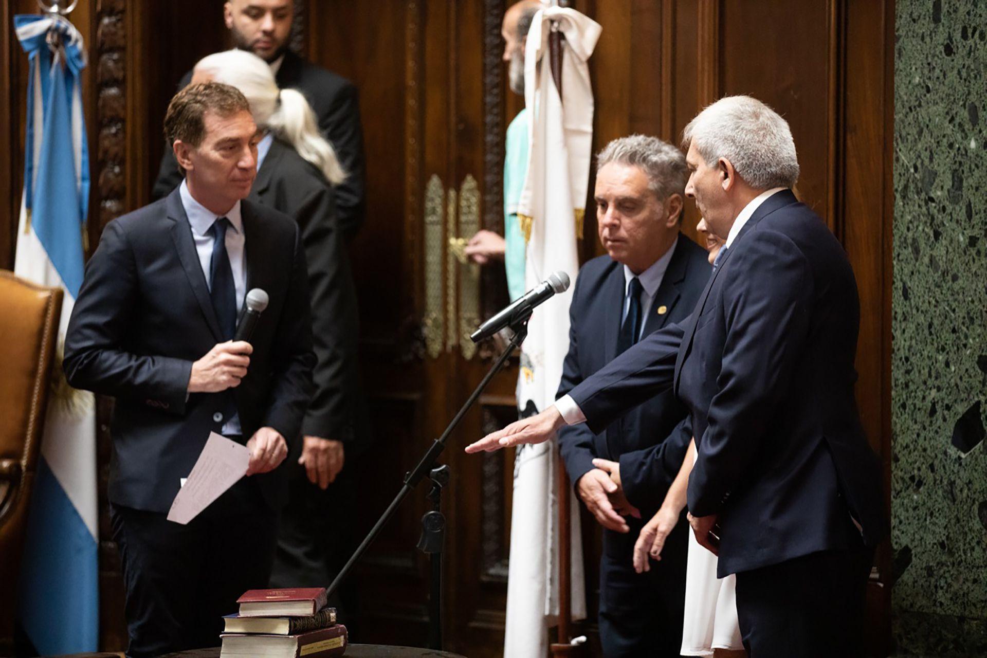 El vicejefe de Gobierno, Diego Santilli, le toma juramento a Claudio Ferreño