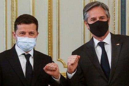 El secretario de Estado de EEUU Antony Blinken y el presidente ucraniano Volodimir Zelenski (Efrem Lukatsky/Pool via REUTERS)