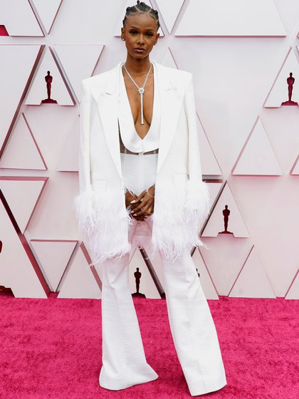 Tiara Thomas eligió un total white look de saco y una monoprenda súper escotada. La tendencia fue el saco con mangas XL y el pantalón oxford. Completó su look con un collar colgante