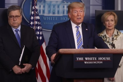 U.S. President Donald Trump addresses the coronavirus response daily briefing flanked by Attorney General William Barr and Ambassador Debbie Birx, the White House coronavirus response coordinator, along with other members of the administration's coronavirus task force at the White House in Washington, U.S., March 23, 2020. REUTERS/Jonathan Ernst