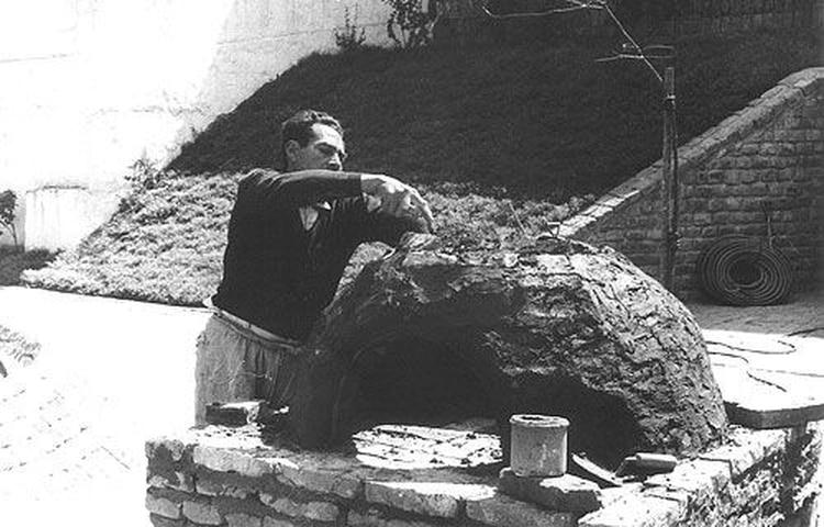 Víctor Grippo, en plena construcción de su horno de barro.