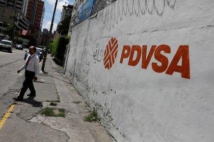 Un mural de PDVSA en una pared en Caracas.