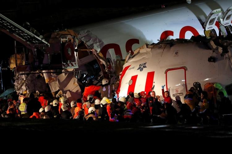 Los socorristas rodean el fuselaje cortado del avión de Pegasus Airlines que se despistó en el aeropuerto Sabiha Gokcen (REUTERS/Murad Sezer)