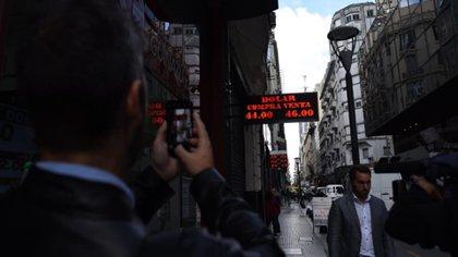 Uno de los carteles de cotización del dólar en la City porteña (Foto: Franco Fafasuli)