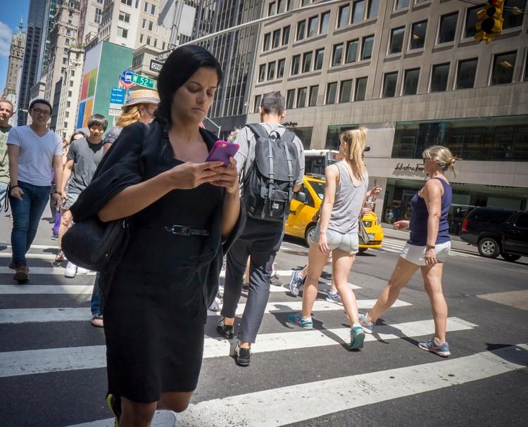 Escribir mientras caminan ha provocado muchos accidentes en las calles de Nueva York (Foto: Archivo)