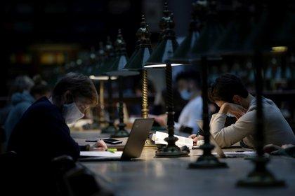 Estudiantes estudian en la biblioteca de la Vienna University en Vienna, Austria (Reuters)
