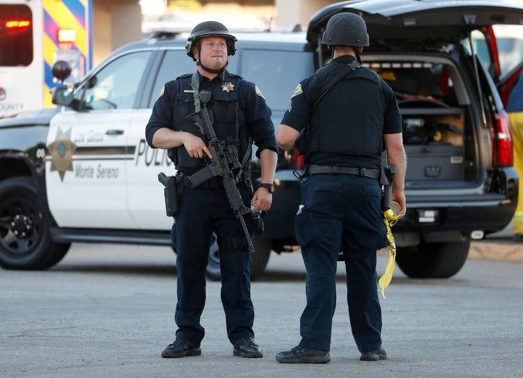 La policía en las afueras del lugar del atentado. (Nhat V. Meyer/San Jose Mercury News via AP)