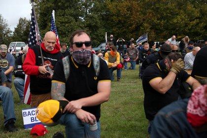 Simpatizante del grupo de extrema derecha Proud Boys en un encuentro en Portland, Oregon (Archivo. September 26, 2020. REUTERS/Leah Millis)