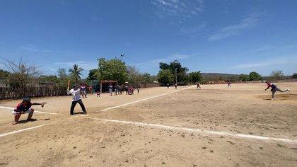"""""""¡A macanear!"""": AMLO se encontró un partido y se bajó a jugar béisbol durante su gira por Sinaloa"""