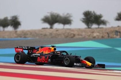 FOTO DE ARCHIVO: El bólido Red Bull del piloto Max Verstappen durante los entrenamientos libres para el Gran Premio de Baréin disputado en el circuito Sakhir de Baréin, el 22 de noviembre de 2020. Pool vía REUTERS/Kamran Jebreili