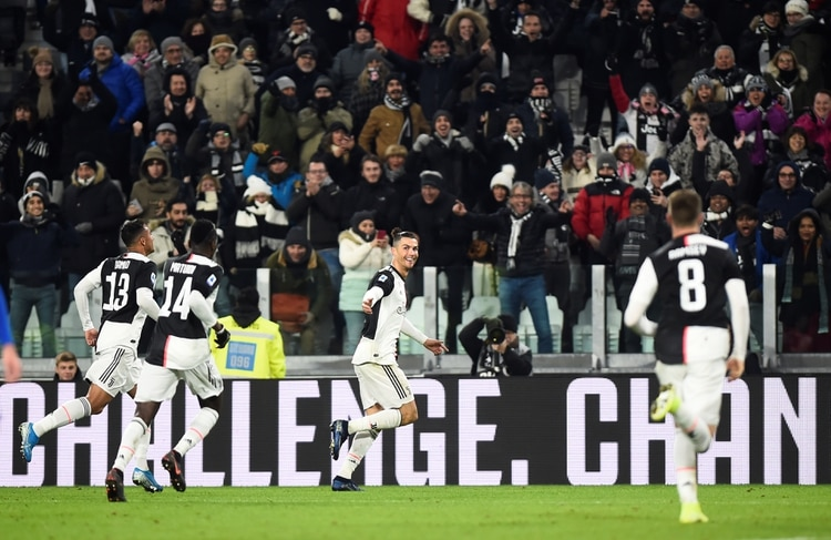 El beso en la boca entre Cristiano Ronaldo y Paulo Dybala se volvió viral