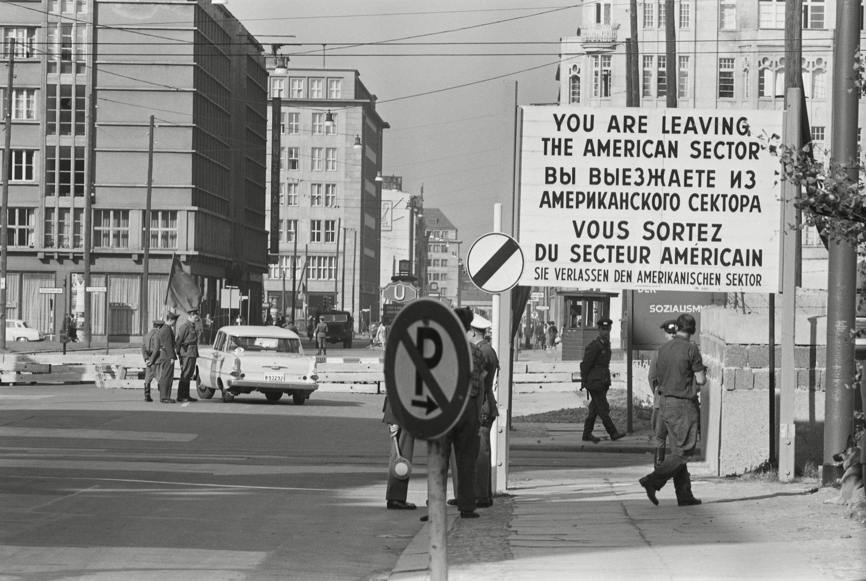 """Puesto de control en Berlín occidental en octubre de 1961. """"Usted está dejando el sector estadounidense"""", advierte el cartel."""