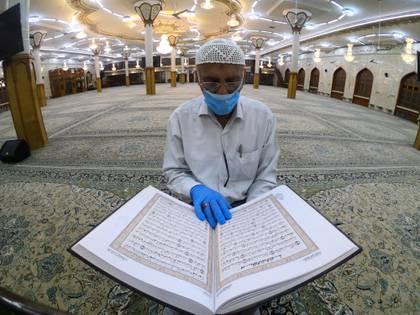 Con mascarilla en una mezquita de Basora, Irak